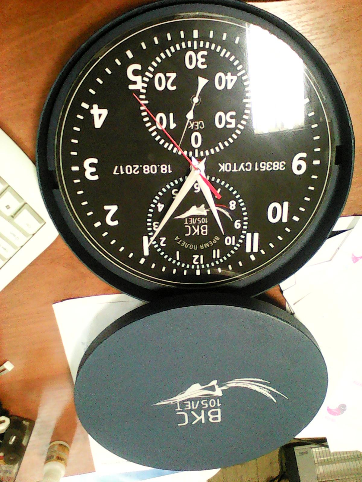 Часы настенные круглые из стекла в индивидуальной упаковке.